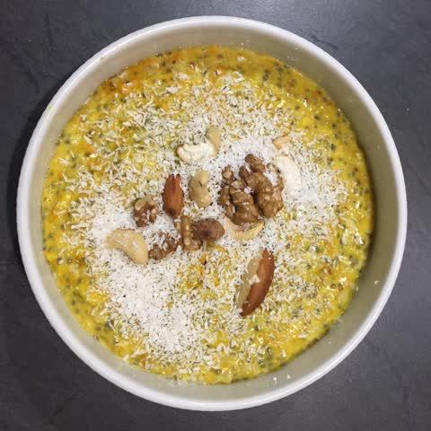 Gewürz-Porridge mit Nüssen